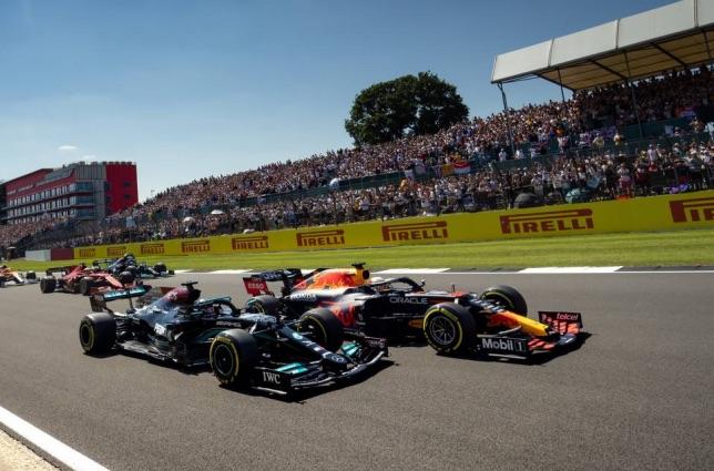 Машины Mercedes и Red Bull Racing на старте в Сильверстоуне, фото XPB