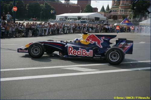 Пилот Red Bull Дэвид Култхард во время уличного шоу в Москве в 2009 г.