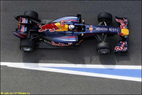 Машина Red Bull RB6 на трассе в Барселоне