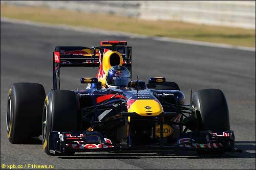 Себастьян Феттель за рулем Red Bull RB7 на трассе в Валенсии