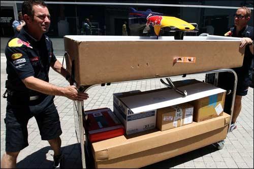 Механики Red Bull Racing за разгрузкой оборудования