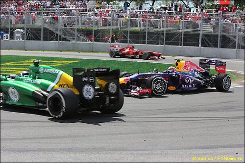 После этого столкновения Red Bull Марка Уэббера оставила на асфальте подозрительные следы