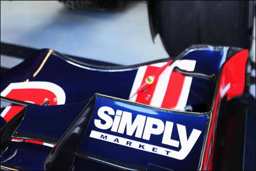 Логотип компании Simlpy на переднем крыле RBull8 в 2012 году