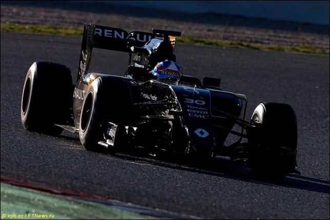 Renault на тестах в Барселоне в лучах закатного солнца