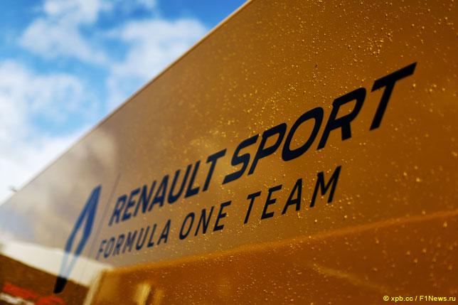Логотип Renault на трейлере команды