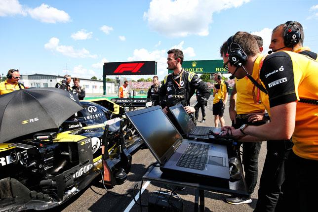 Инженеры Renault на стартовой решётке