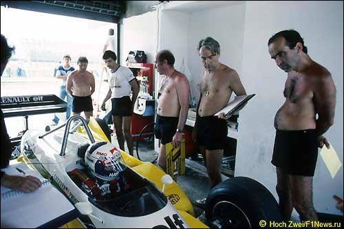 ГП Бразилии 1983 года: в машине Ален Прост, крайний справа - Жан Саж
