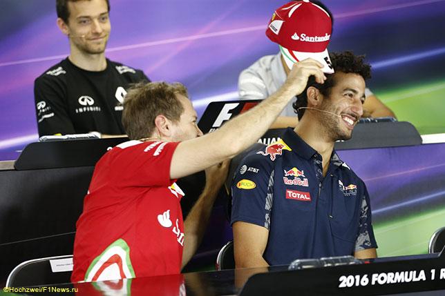 Себастьян Феттель пытается надеть на Даниэля Риккардо бейсболку Ferrari на пресс-конференции FIA в Мельбурне