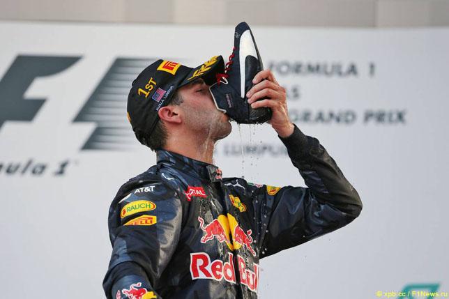 Даниэль Риккардо пьет шампанское из ботинка на подиуме Гран При Малайзии