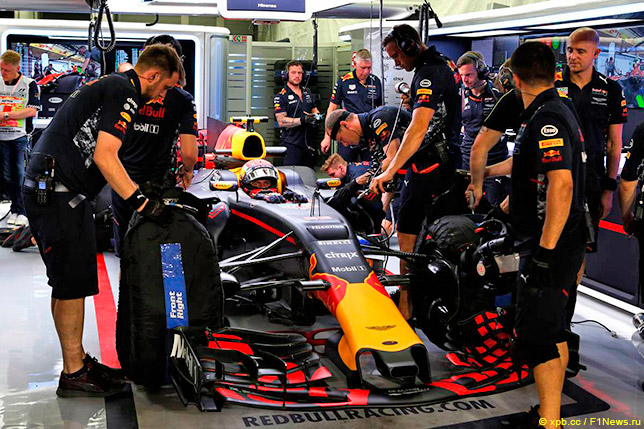 Макс Ферстаппен в боксах Red Bull Racing