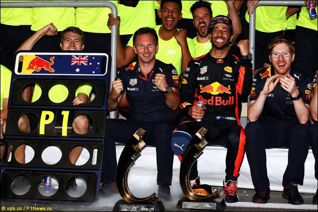 Даниэль Риккардо с командой празднуют победу в Баку