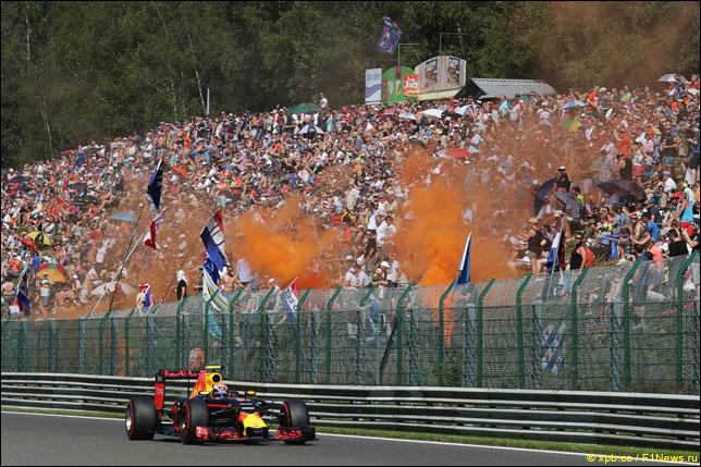 Макс Ферстаппен с болельщиками на прошлогоднем Гран При Бельгии