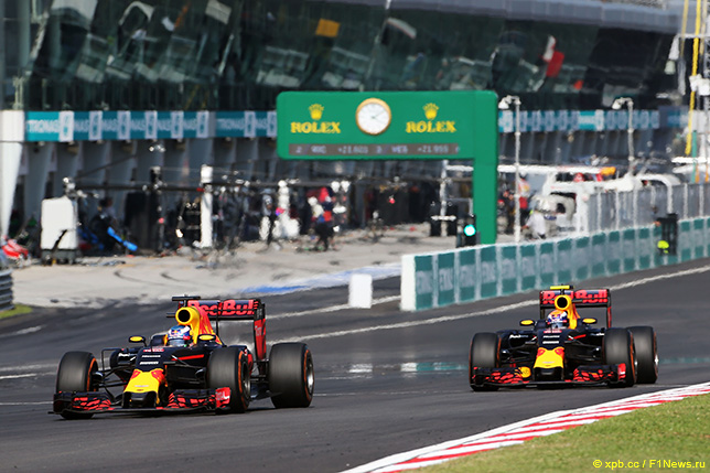 Даниэль Риккардо и Макс Ферстаппен ведут борьбу на трассе Гран При Малайзии, 2016 год