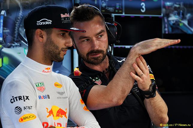 Даниэль Риккардо и его гоночный инженер Саймон Ренни
