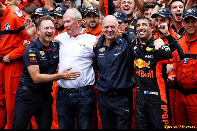 Даниэль Риккардо принимает поздравления от руководства Red Bull Racing