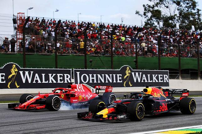 Даниэль Риккардо обгоняет Себастьяна Феттеля на трассе Гран При Бразилии