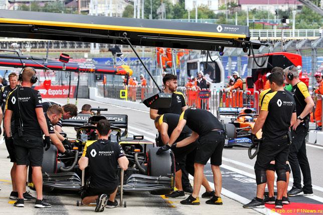 Механики Renault с машиной Даниэля Риккардо