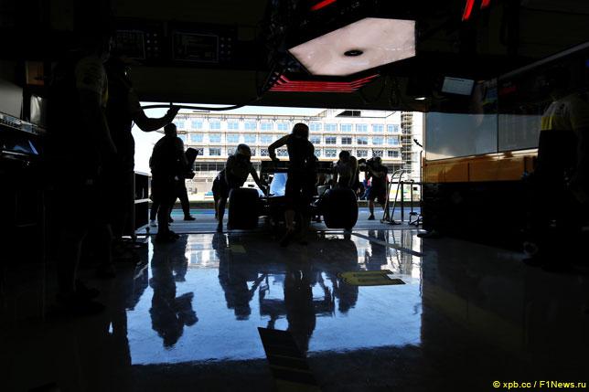 Механики готовят машину Риккардо