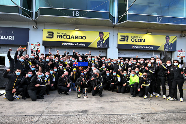 Команда Renault празднует первый подиум за десять с лишним лет