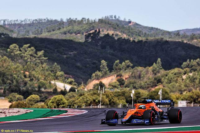 Даниэль Риккардо за рулём McLaren MCL35M на трассе в Португалии