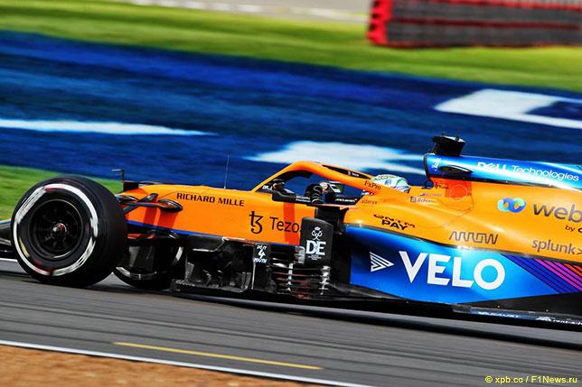 Даниэль Риккардо за рулём McLaren MCL35M на трассе в Сильверстоуне