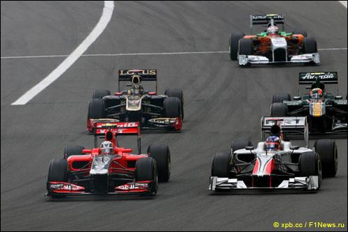 Даниэль Риккардо ведет борьбу с соперниками на трассе Гран При Германии