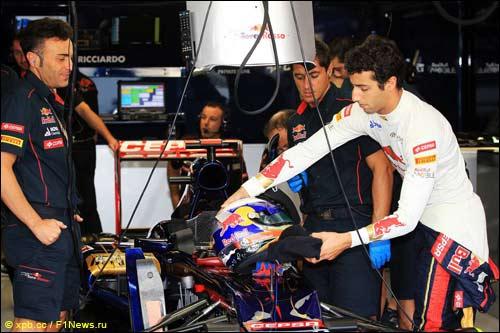 Даниэль Риккардо в боксах Toro Rosso