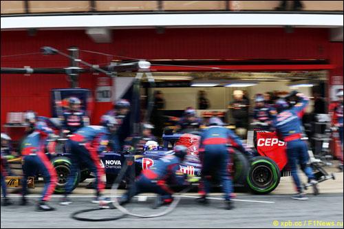 Механики Toro Rosso тренируют пит-стопы на тестах в Барселоне