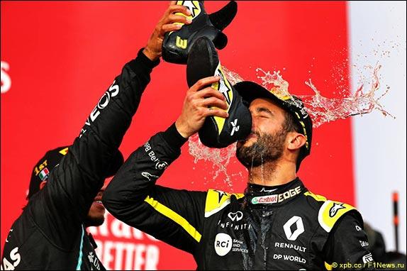 Даниэль Риккардо пьёт призовое шампанское из ботинка на подиуме в Имоле