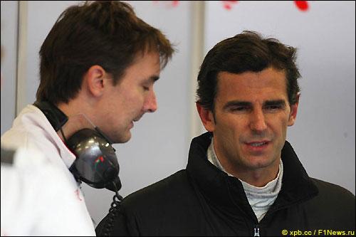 Педро де ла Роса (слева) и технический директор Force India Джеймс Ки