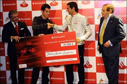 Педро де ла Роса вручает стипендию молодому гонщику