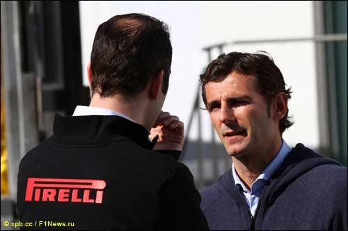 Педро де ла Роса с инженером Pirelli