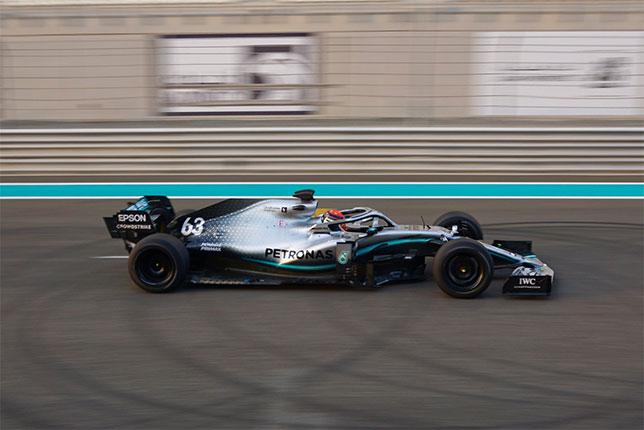 Джордж Расселл за рулём машины Mercedes на шинных тестах в Абу-Даби