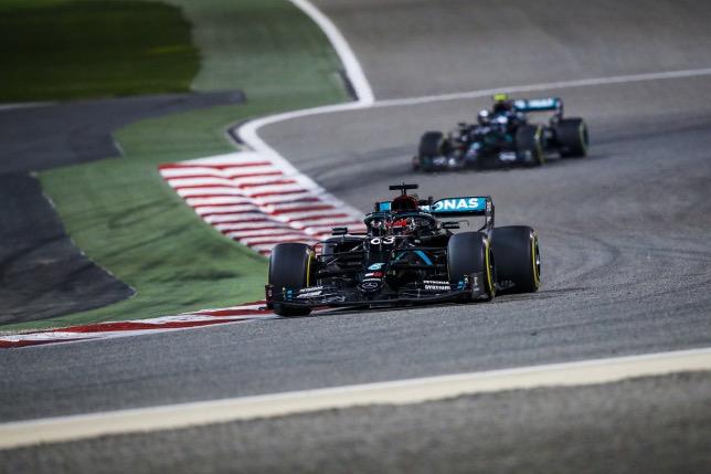 Джордж Расселл за рулём Mercedes на трассе Гран При Сахира