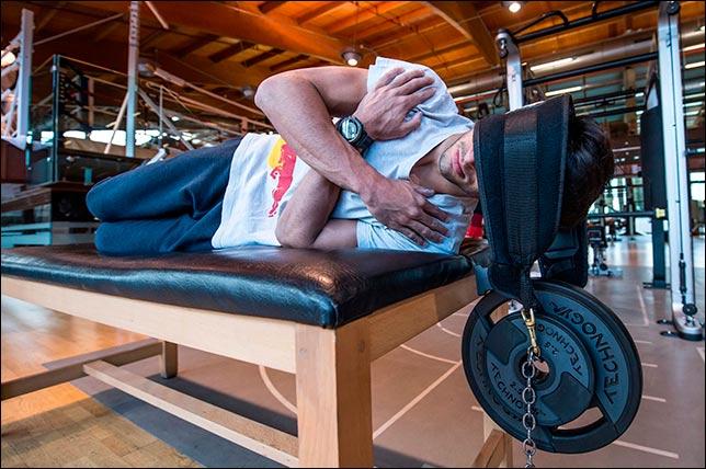 Карлос Сайнс тренирует мышцы шеи, готовясь к сезону 2017 года