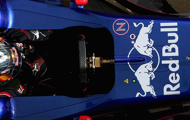 Карлос Сайнс на тестах в Барселоне в кокпите машины Toro Rosso