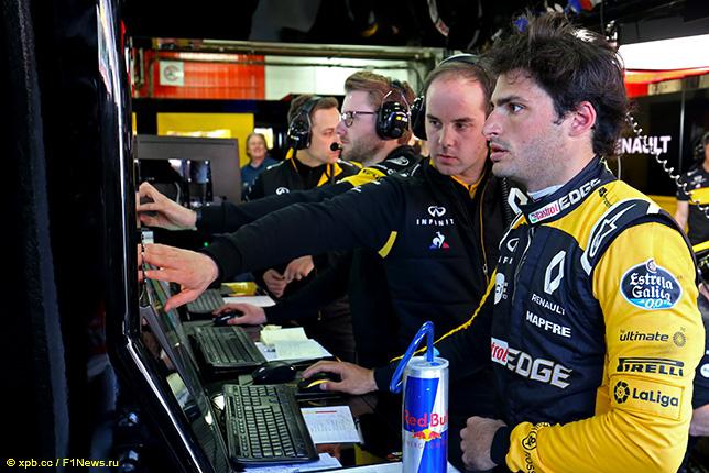 Карлос Сайнс общается с инженерами Renault на тестах в Барселоне