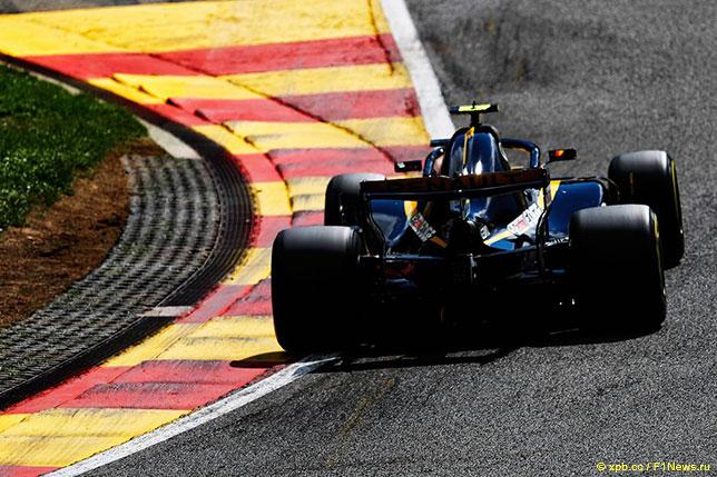 Карлось Сайнс за рулём Renault на трассе в Спа