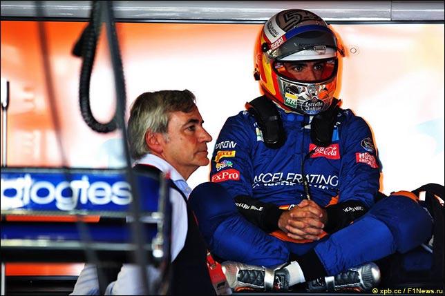 Карлос Сайнс и его отец в боксах McLaren