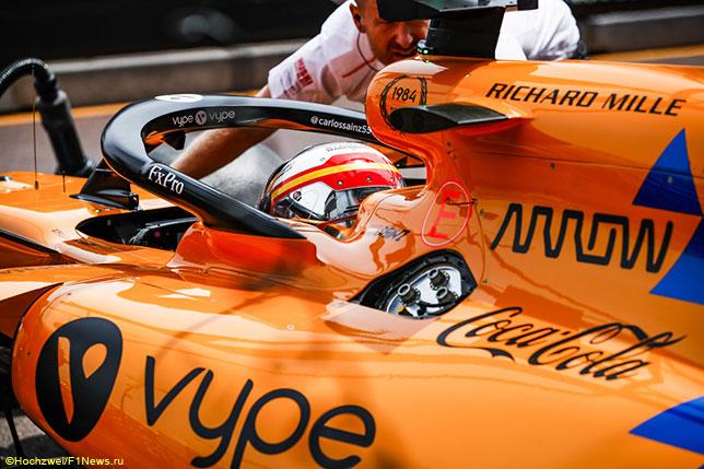 Карлось Сайнс за рулём McLaren перед стартом гонки