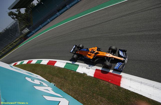 Карлос Сайнс за рулём McLaren MCL35 на трассе в Монце