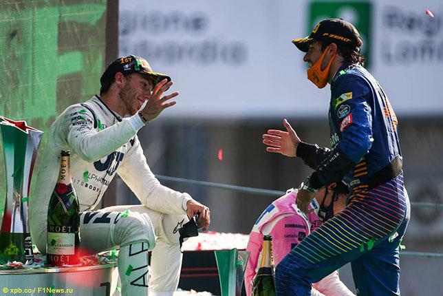 Карлос Сайнс поздравляет с победой Пьера Гасли