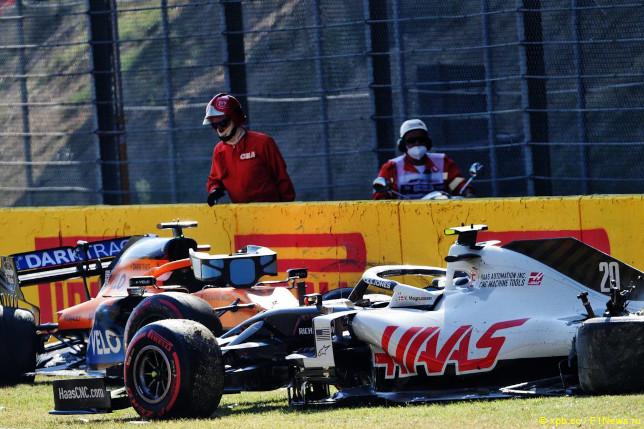 Гран При Тосканы. Машины Карлоса Сайнса (слева) и Кевина Магнуссена