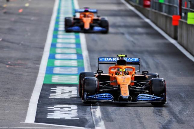Ландо Норрис и Карлос Сайнс за рулём McLaren MCL35