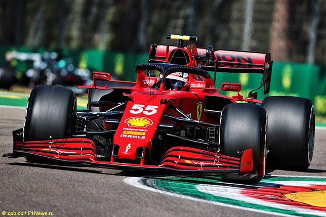 Карлось Сайнс за рулём Ferrari SF21 на тренировках в Имоле