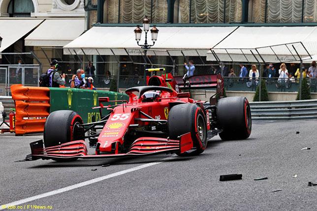 Карлось Сайнс за рулём Ferrari SF21 на трассе в Монако