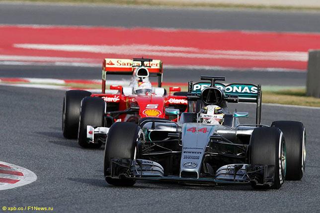 Машины Mercedes и Ferrari на тестах в Барселоне