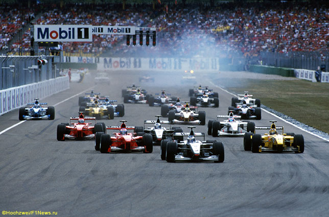 На старте Гран При Германии 1999 года Мика Сало вышел на вторую позицию - его машина слева от McLaren Мики Хаккинена
