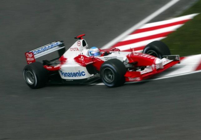Мика Сало за рулём Toyota TF102 на трассе Гран При Японии, своей последней гонке в Формуле 1, 2002 год, фото XPB