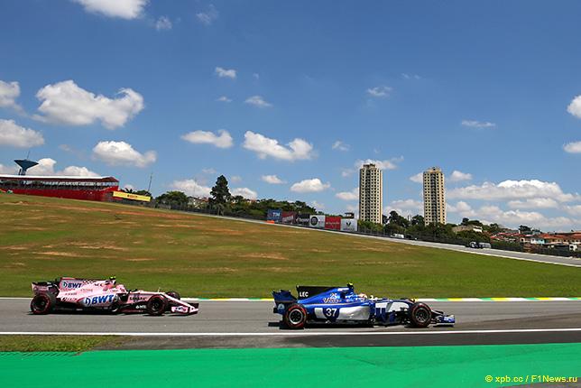 Машины Force India и Sauber на трассе Гран При Бразилии